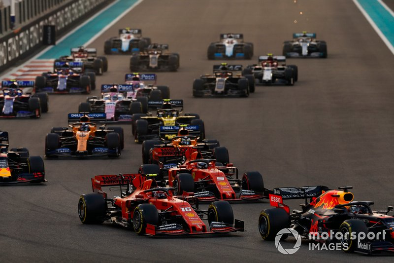 Max Verstappen, Red Bull Racing RB15, precede Charles Leclerc, Ferrari SF90, Sebastian Vettel, Ferrari SF90, Lando Norris, McLaren MCL34, Alexander Albon, Red Bull RB15, Carlos Sainz Jr., McLaren MCL34 e il resto delle auto