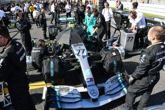 Valtteri Bottas, Mercedes AMG W10, sur la grille