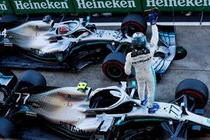 Valtteri Bottas, Mercedes AMG W10, 1e plaats, en Lewis Hamilton, Mercedes AMG F1 W10, 3e plaats in Parc Ferme
