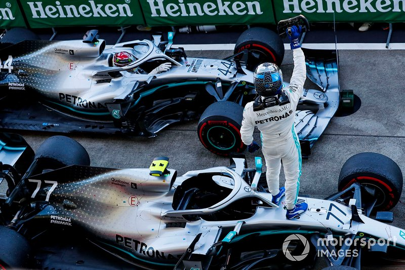Valtteri Bottas, Mercedes AMG W10, primo classificato, e Lewis Hamilton, Mercedes AMG F1 W10, terzo classificato, arriva al Parc Ferme