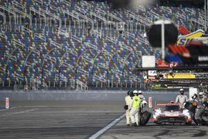 #6 Acura Team Penske Acura DPi, DPi: Juan Pablo Montoya, Dane Cameron, Simon Pagenaud - pit stop/