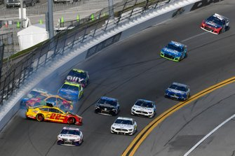 Joey Logano, Team Penske, Ford Mustang Shell Pennzoil and Kyle Busch, Joe Gibbs Racing, Toyota Camry M&M's wreck