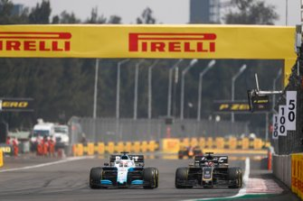 George Russell, Williams Racing FW42, battles with Romain Grosjean, Haas VF-19
