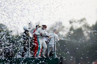 Le vainqueur Lewis Hamilton, Mercedes AMG F1, Sebastian Vettel, Ferrari et Mario Achi, promoteur du GP du Mexique