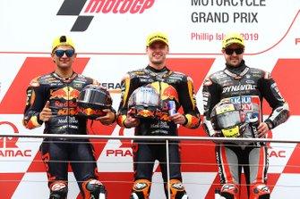 Podium: tweede plaats Jorge Martin, KTM Ajo, racewinnaar Brad Binder, KTM Ajo, derde plaats Thomas Luthi, Intact GP