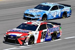 Kyle Busch, Joe Gibbs Racing, Toyota Camry Snickers White, Kevin Harvick, Stewart-Haas Racing, Ford Mustang Busch Light