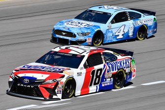 Kyle Busch, Joe Gibbs Racing, Toyota Camry Snickers White and Kevin Harvick, Stewart-Haas Racing, Ford Mustang Busch Light