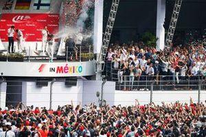 Podium: race winner Nico Rosberg, Mercedes AMG F1, second place Lewis Hamilton Mercedes AMG F1, Andrew Shovlin, Mercedes AMG F1 Engineer, third place Valtteri Bottas, Williams
