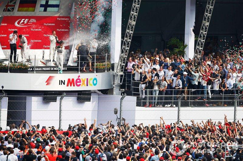 Podium: racewinnaar Nico Rosberg, Mercedes AMG F1, tweede plaats Lewis Hamilton Mercedes AMG F1, Andrew Shovlin, Mercedes AMG F1 Engineer, derde plaats Valtteri Bottas, Williams