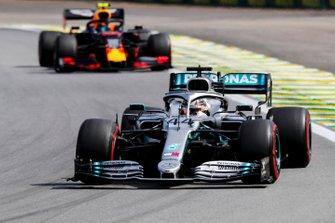 Льюис Хэмилтон, Mercedes AMG F1 W10, и Александр Элбон, Red Bull Racing RB15