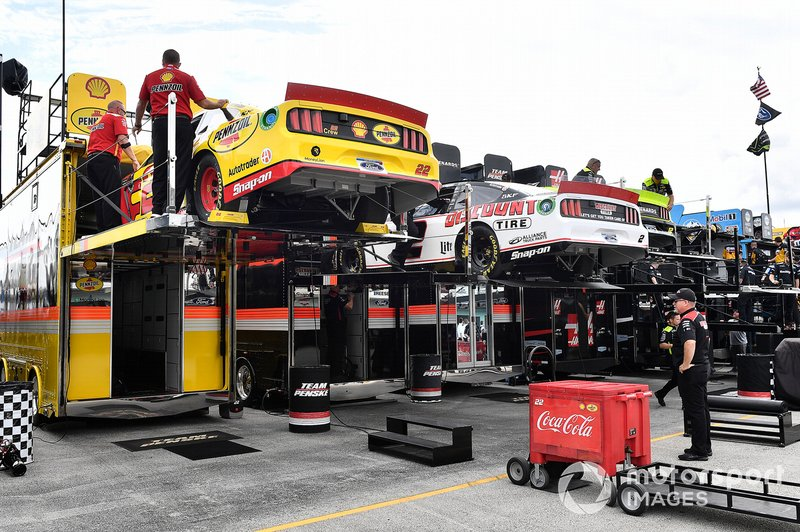 Joey Logano, Team Penske, Ford Mustang Shell Pennzoil hauler and Brad Keselowski, Team Penske, Ford Mustang Discount Tire hauler