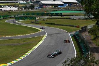 Valtteri Bottas, Mercedes AMG W10, voor Alexander Albon, Red Bull RB15, en Pierre Gasly, Toro Rosso STR14