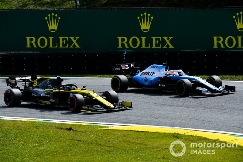 Daniel Ricciardo, Renault F1 Team R.S.19 en George Russell, Williams Racing FW42 in gevecht