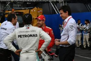 Toto Wolff, directeur exécutif, Mercedes AMG, avec Lewis Hamilton, Mercedes AMG F1, vainqueur, et Sebastian Vettel, Ferrari, après la course