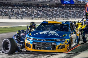 William Byron, Hendrick Motorsports, Chevrolet Camaro Axalta 'Color of the Year' pit stop