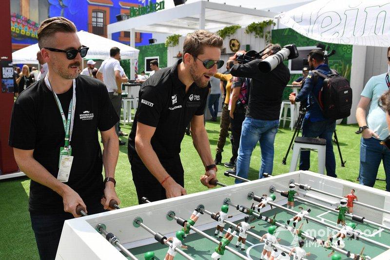 Romain Grosjean, Haas F1, gioca a calcetto