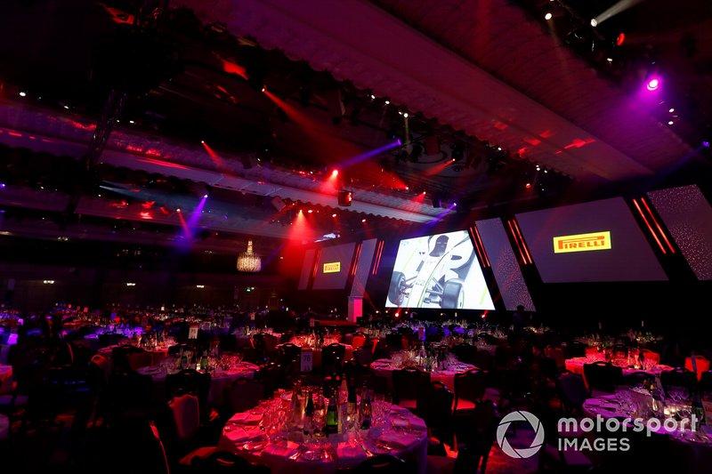 El escenario principal con los logotipos de los patrocinadores de Pirelli en la pantalla