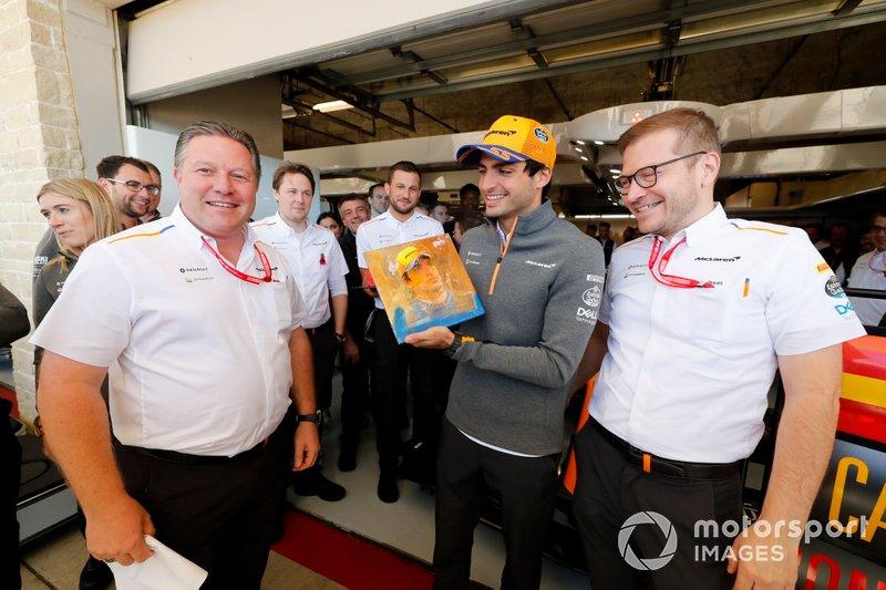 Carlos Sainz Jr., McLaren, celebrates his 100th Grand Prix, with Zak Brown, Executive Director, McLaren and Andreas Seidl, Team Principal, McLaren