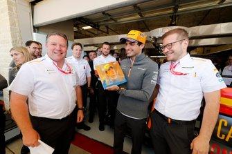Carlos Sainz Jr., McLaren, viert zijn 100e Grand Prix, met Zak Brown, Executive Director, McLaren en Andreas Seidl, Teambaas, McLaren