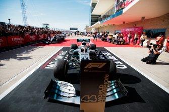 Lewis Hamilton, Mercedes AMG F1 W10, 2° classificato, parcheggia nel suo posto riservato, dopo aver conquistato il suo sesto titolo