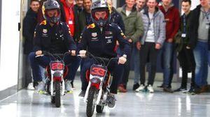 Макс Ферстаппен и Александр Элбон участвуют в гонках на мини-мото по коридорам фабрики