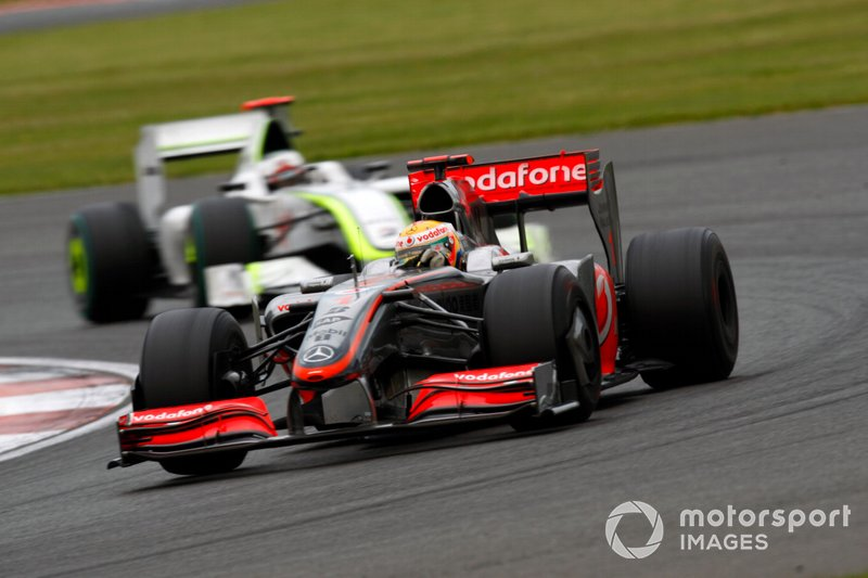 Lewis Hamilton, McLaren MP4-24, devance Jenson Button, Brawn GP BGP001