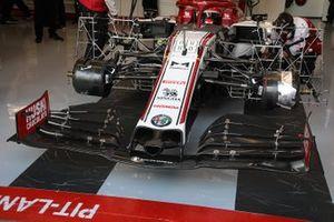 El C39 de Robert Kubica, Alfa Romeo Racing, en el box