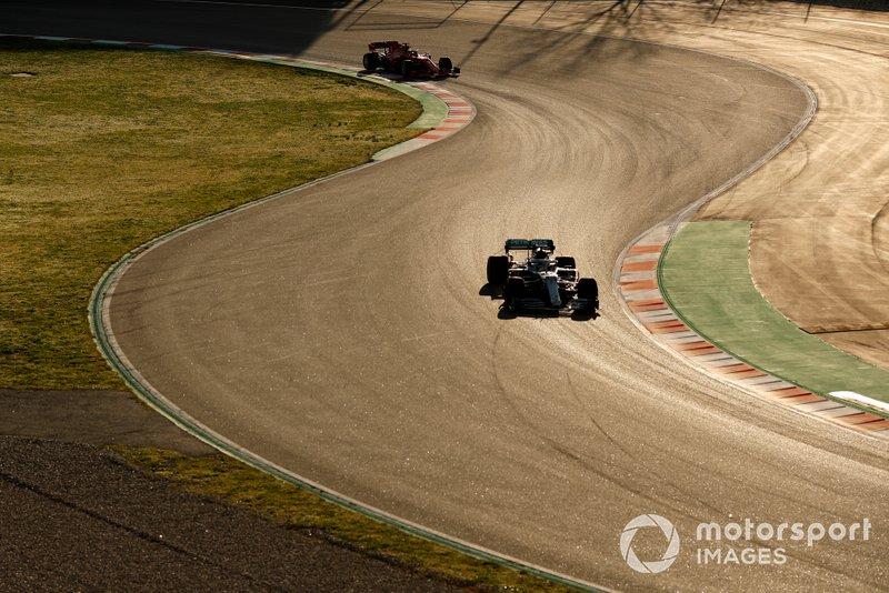 Lewis Hamilton, Mercedes F1 W11 precede Sebastian Vettel, Ferrari SF1000