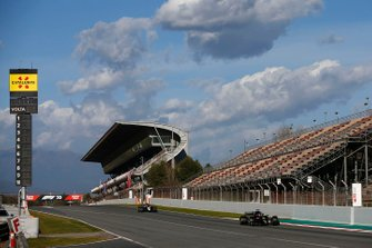 Esteban Ocon, Renault F1 Team R.S.20 precede Romain Grosjean, Haas VF-20