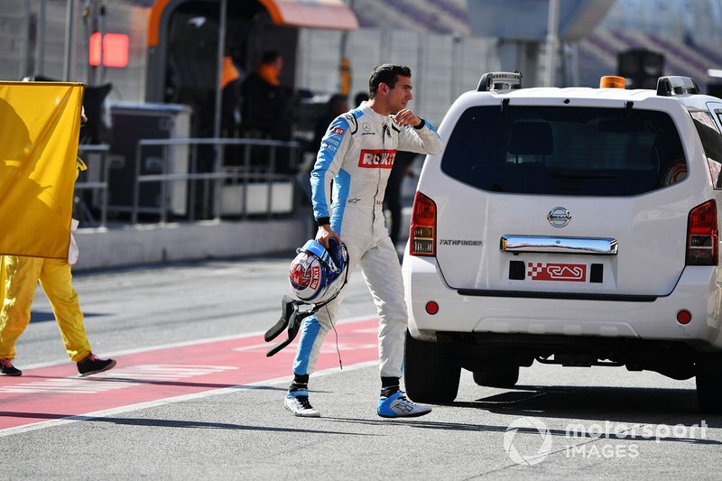 Nicholas Latifi, Williams Racing, returns to the pits after a problem on track