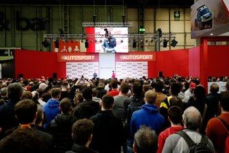 Il pubblico si riunisce per ascoltare il presentatore Stuart Codling che intervista Charles Leclerc, Ferrari, sul palco dell'Autosport