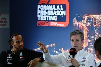 Гонщик Mercedes AMG F1 Льюис Хэмилтон и технический директор команды Джеймс Эллисон