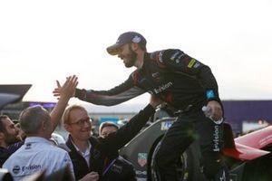 El ganador de la carrera, Sam Bird, celebra con Sylvain Filippi, Director General de Envision Virgin Racing, su equipo en el podio