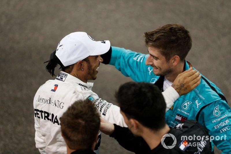 Lewis Hamilton, Mercedes AMG F1, primo classificato, festeggia con il suo compagno di squadra