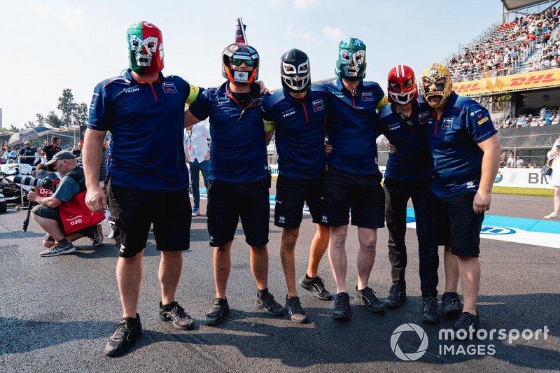 Equipo Envision Virgin team con máscaras de lucha libre