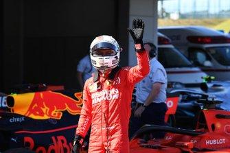 Sebastian Vettel, Ferrari, fête sa pole dans le Parc Fermé