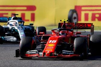 Charles Leclerc, Ferrari SF90 e Lewis Hamilton, Mercedes AMG F1 W10