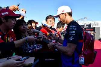 Pierre Gasly, Toro Rosso signs an autograph for a fan