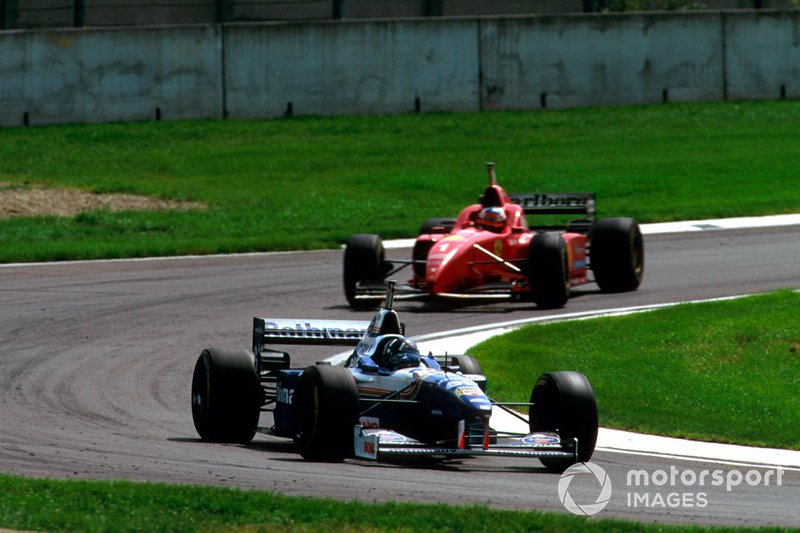 Damon Hill, Williams FW18 Renault davanti a Michael Schumacher, Ferrari F310, al GP di San Marino del 1996