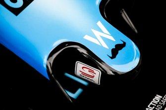 Логотип движения Movember («Усабрь») на носовом обтекателе Williams FW42
