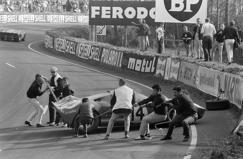 Los marshals trabajan para mover el Ford GT40 de Peter Sutcliffe, Dieter Spoerry después de un accidente