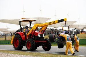 Эвакуация с трассы разбитого в аварии автомобиля Scuderia Toro Rosso STR14 Александра Элбона