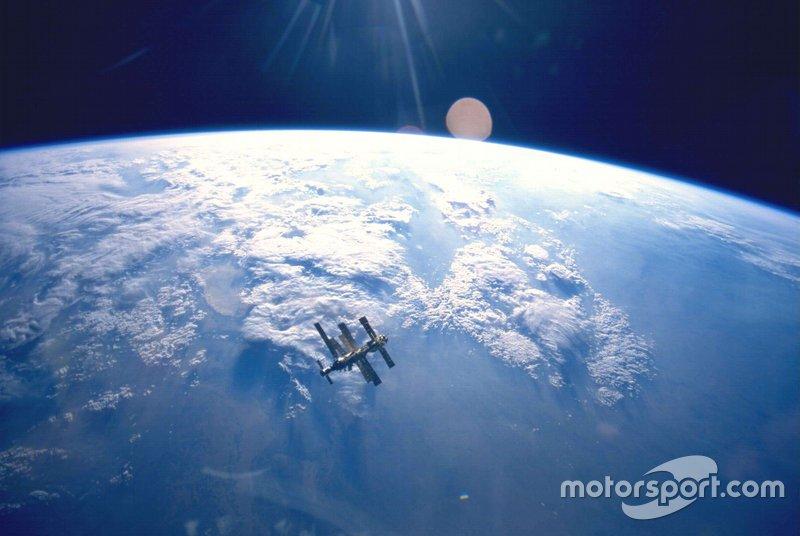 На орбите Земли еще оставалась космическая станция «Мир»