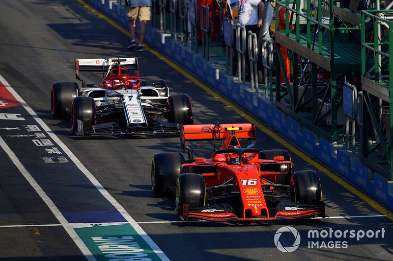 Charles Leclerc, Ferrari SF90, precede Kimi Raikkonen, Alfa Romeo Racing C38, nella pit lane