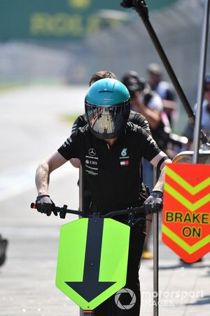 Miembro del equipo Mercedes en el pit lane