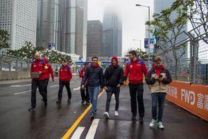 Jérome d'Ambrosio, Mahindra Racing, Pascal Wehrlein, Mahindra Racing, Nick Heidfeld, Mahindra Racing, ispezionano il tracciato con il team