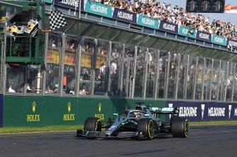 Le deuxième, Lewis Hamilton, Mercedes AMG F1 W10, franchit la ligne