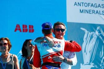 Pascal Wehrlein, Mahindra Racing, 2° classificato, abbraccia Alejandro Agag, CEO, Formula E, sul podio