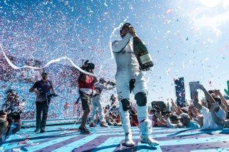 Le vainqueur Sam Bird, Envision Virgin Racing, avec du champagne sur le podium