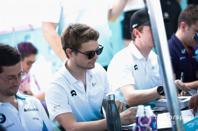 Tom Dillmann, NIO Formula E Team signs autographs